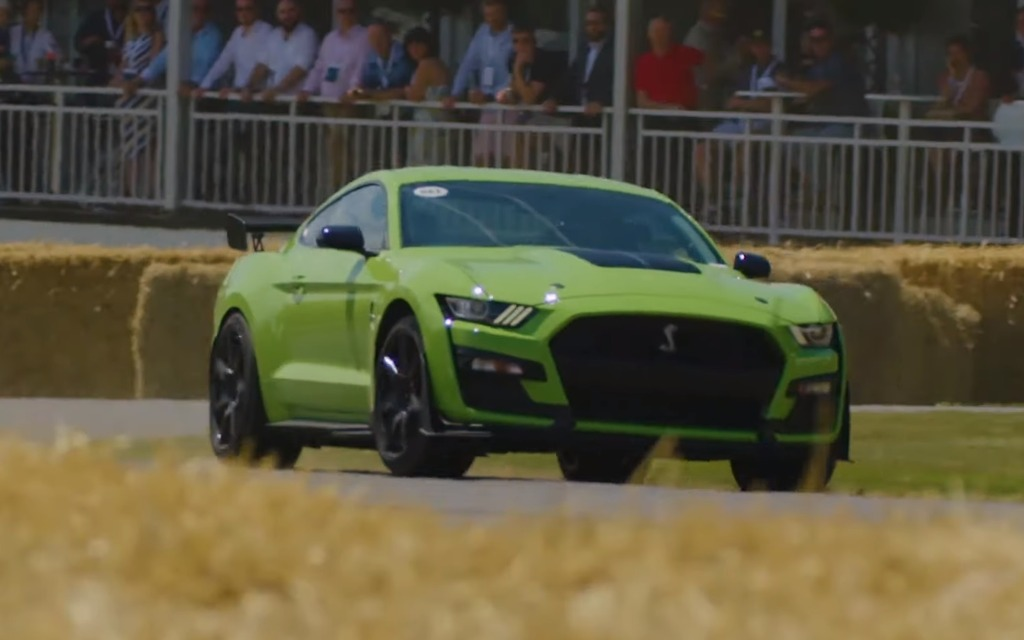 Video: 2020 Ford Mustang Shelby GT500 Puts on a Show - The Car Guide