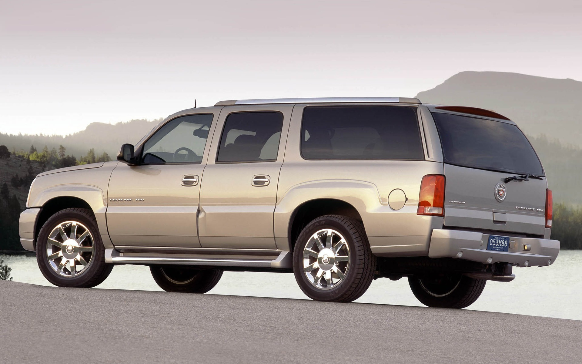 <p>2004 Cadillac Escalade ESV</p>