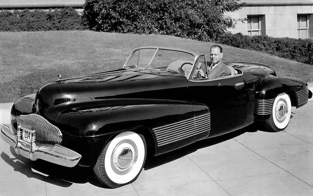 Harley Earl au volant de sa création.