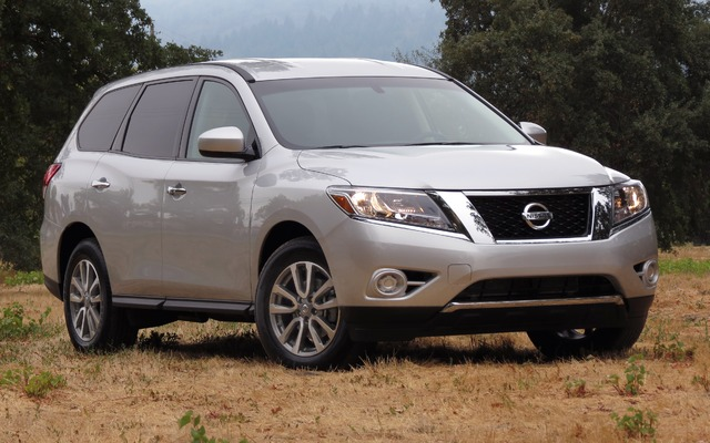 Nissan Pathfinder Hybrid ST 2015 review | CarsGuide