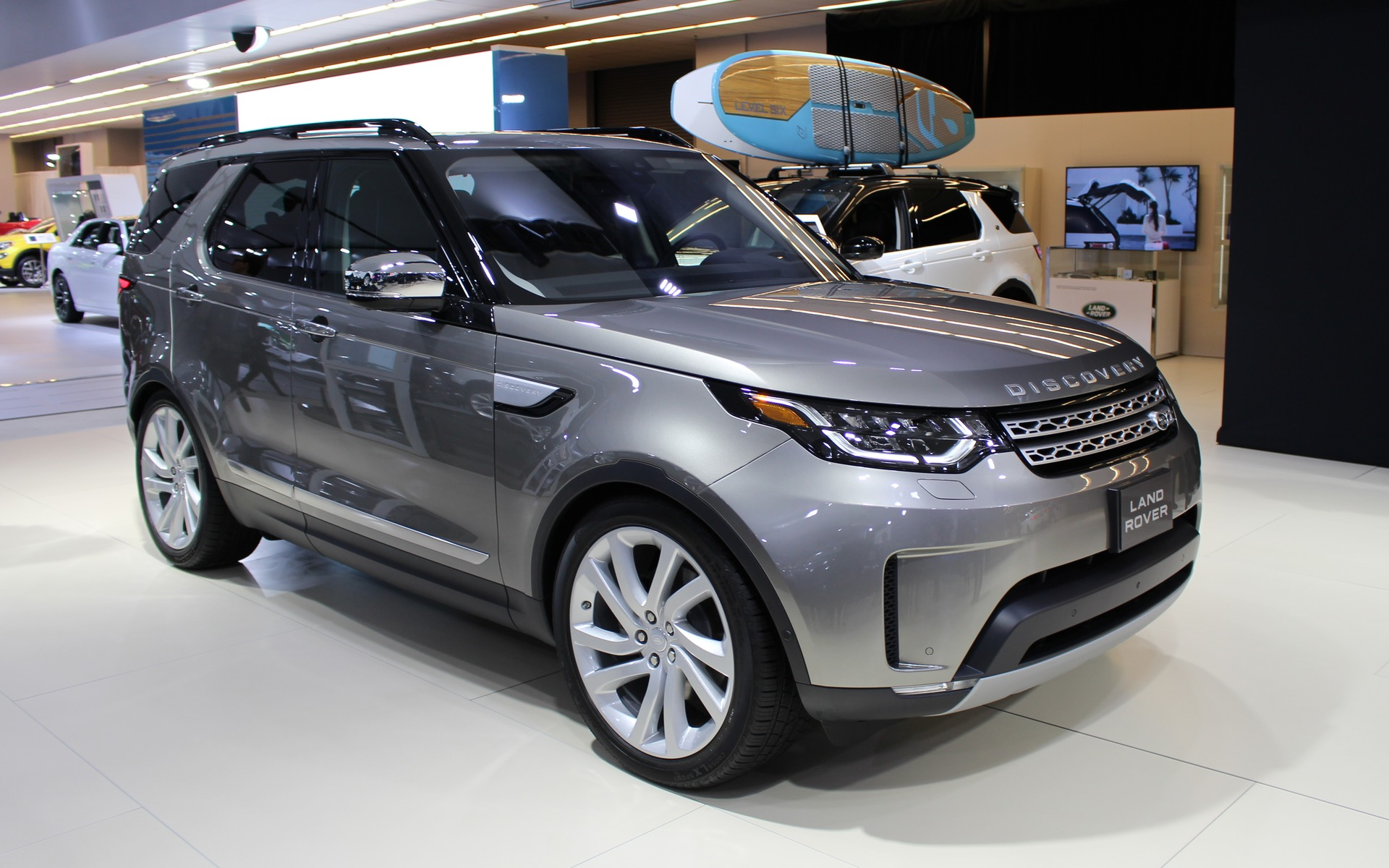 2017 Land Rover Discovery Photos 1 7 The Car Guide